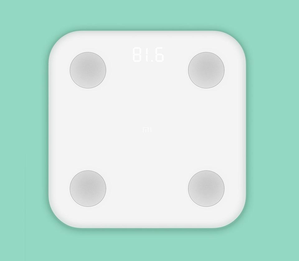 Весы Xiaomi Smart Scale 2 на зеленом фоне