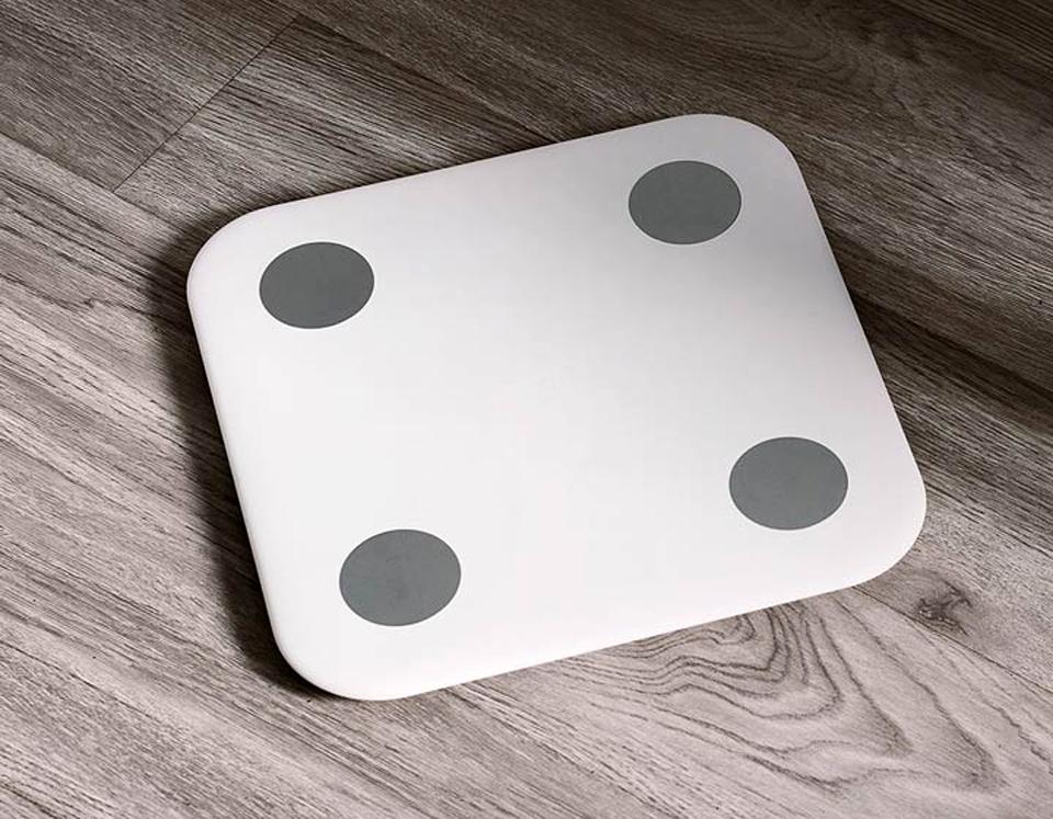 Весы Xiaomi Smart Scale 2 на деревянной поверхности