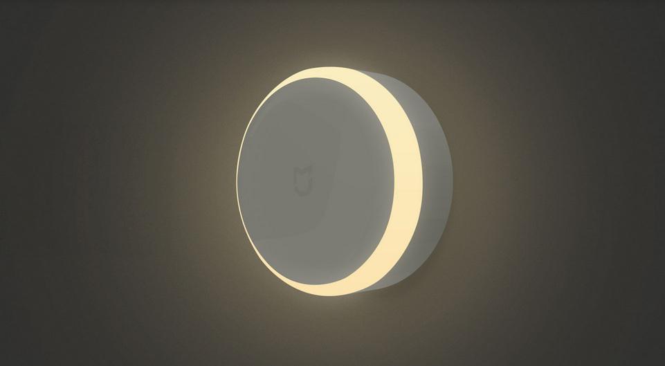 Ночная лампа MiJia Induction Night Light на стене в процессе работы
