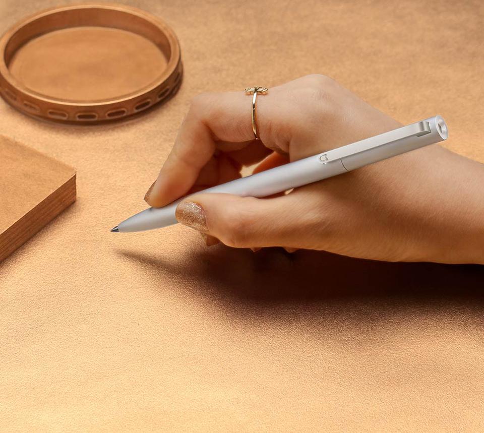 Сменный стержень Mijia for Metal Pen Refill в руке пользователя