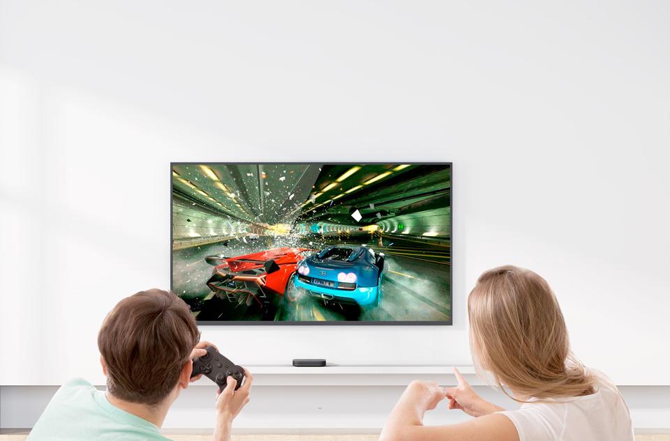 TV-Приставка Xiaomi Mi Box S International Edition играют в гонки