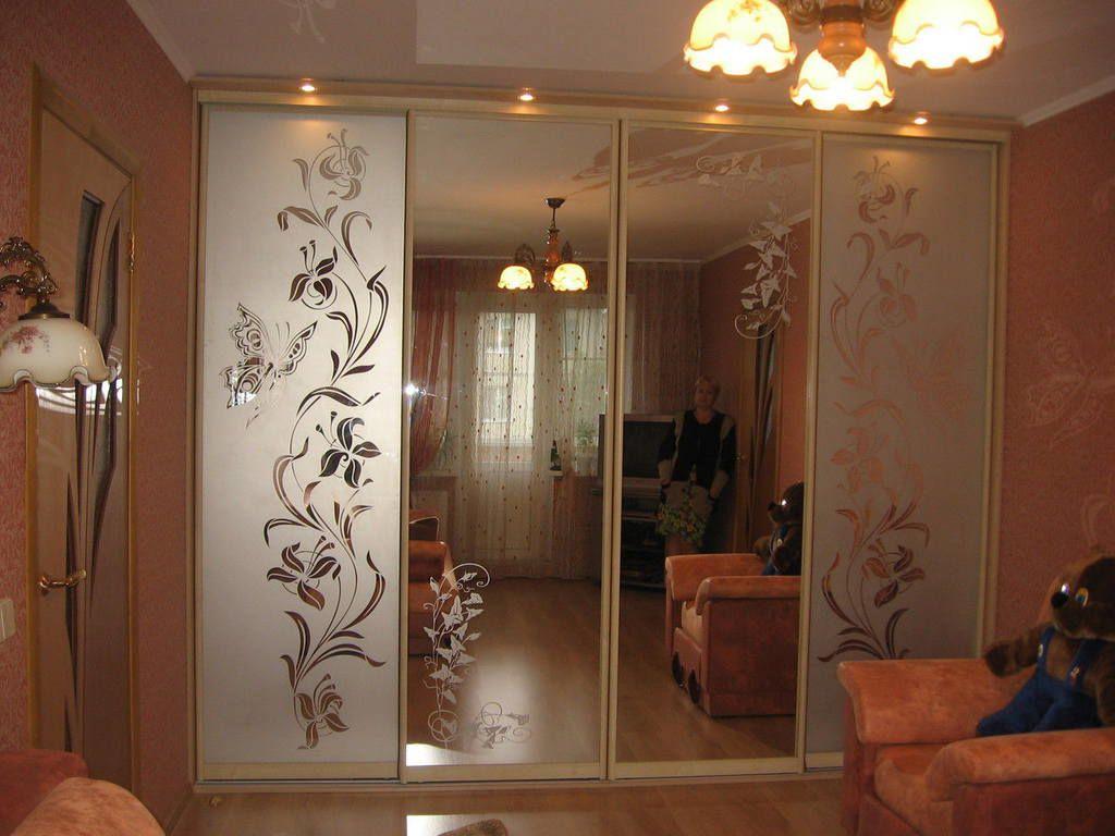 Шкафы купе зеркальные с пескоструйным рисунком фото