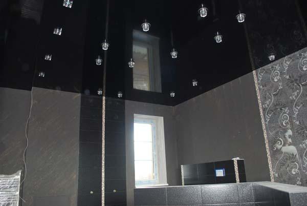 черный натяжной потолок глянцевый в ванной