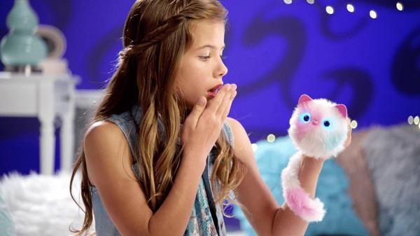 девочка играет с помси