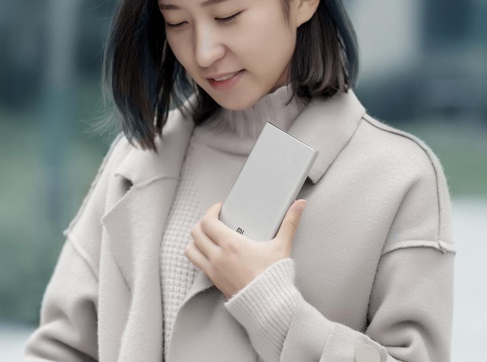Универсальная батарея Xiaomi Mi Power bank 3 10000mAh в руке девушки
