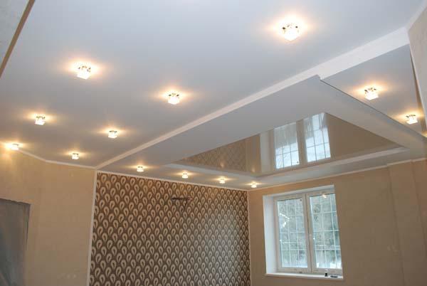 натяжной потолок со встроенным освещением