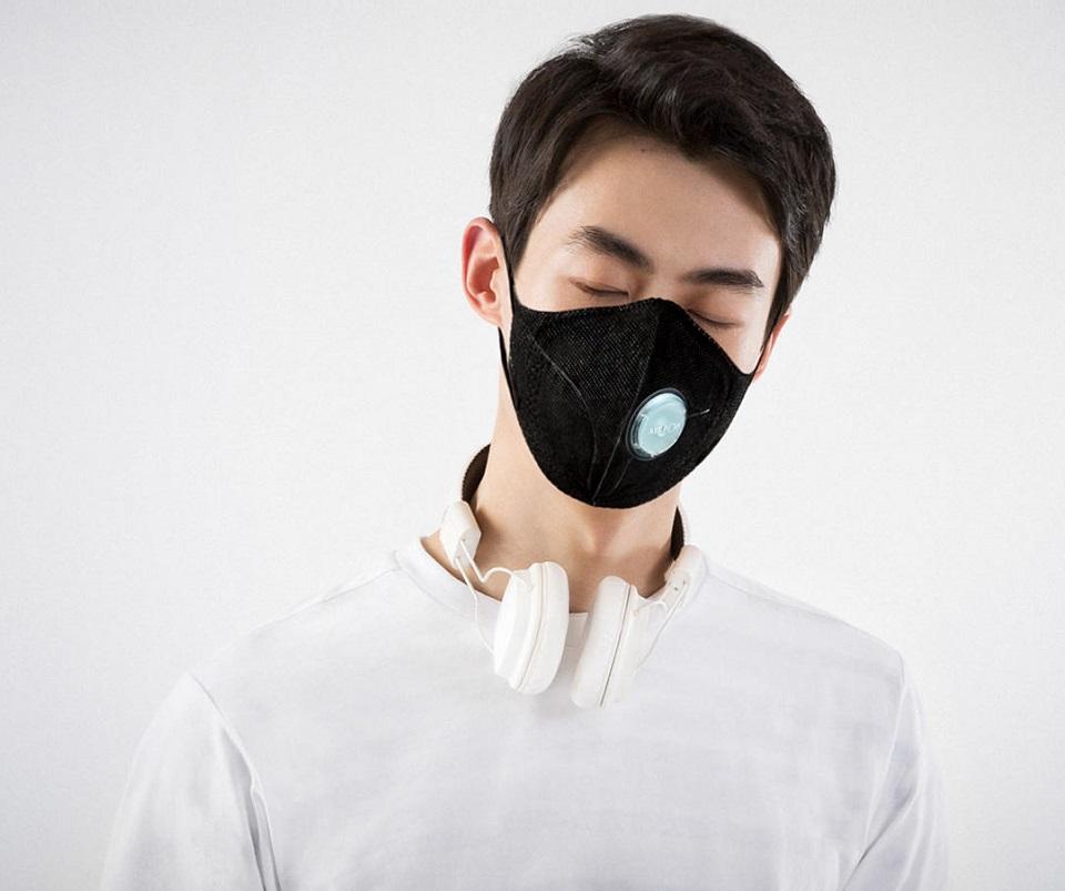 Маска для очистки воздуха AirPOP Light 360° на лице пользователя