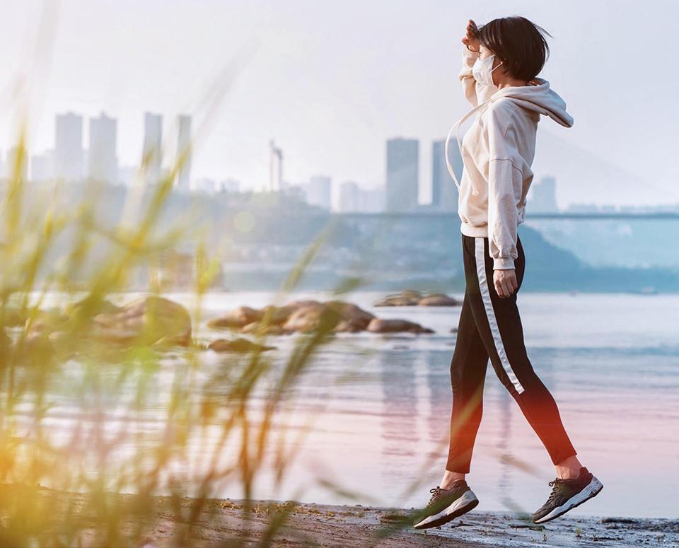 Маска для очистки воздуха AirPOP Light 360° девушка прогуливается