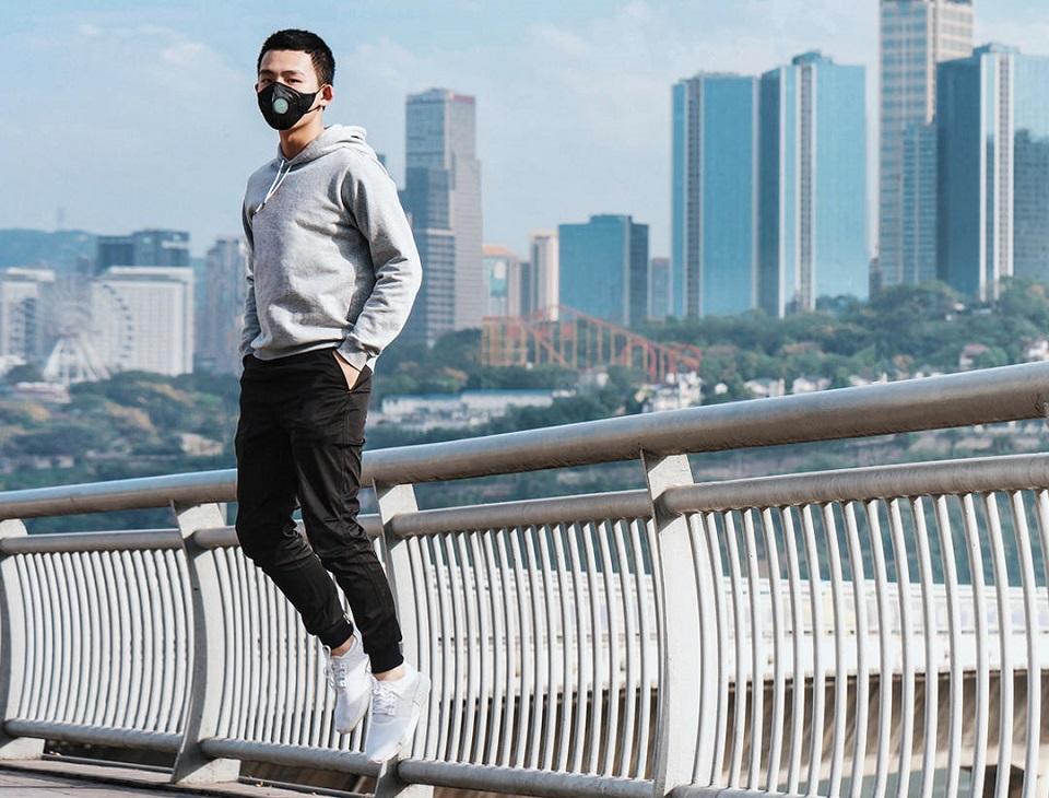Маска для очистки воздуха AirPOP Light 360° парень в маске