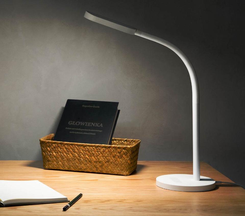 Настольная лампа Yeelight Led Table Lamp в комнате на столе