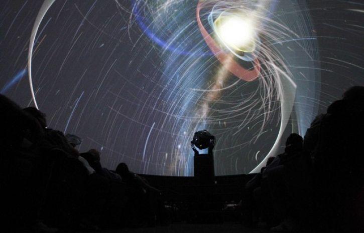 На станции метро «Выставочная» в столице открыли мобильный планетарий