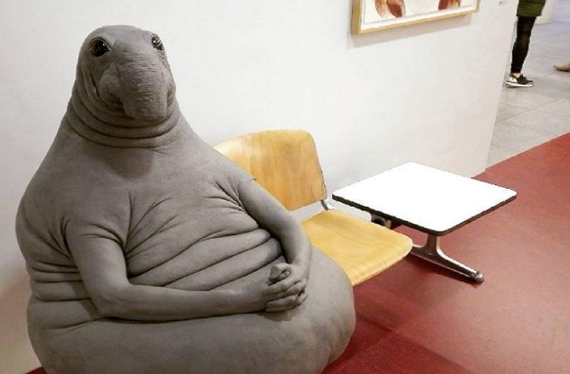 Мягкая игрушка, созданная по образу скульптуры «Ждуна», стала добычей злоумышленника