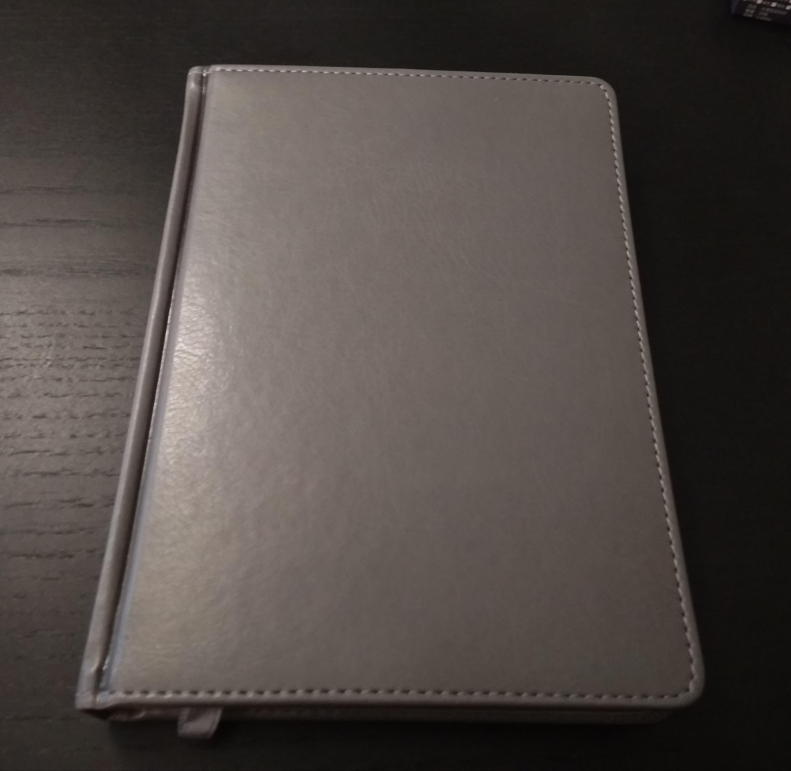 серые ежедневники с серебристым срезом