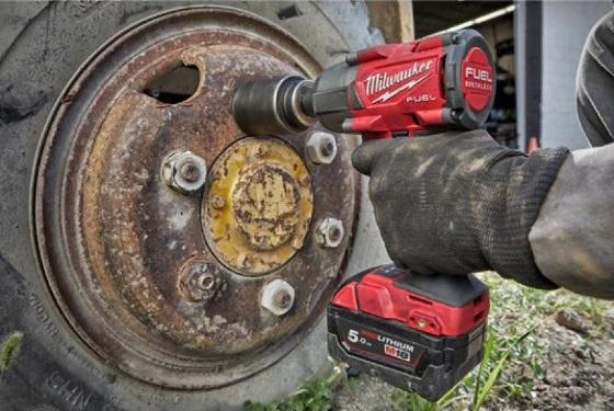  Аккумуляторный гайковерт Milwaukee M18