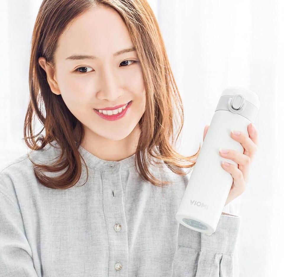 Термос Viomi Portable Thermos 300 ml девушка с термосом в руке