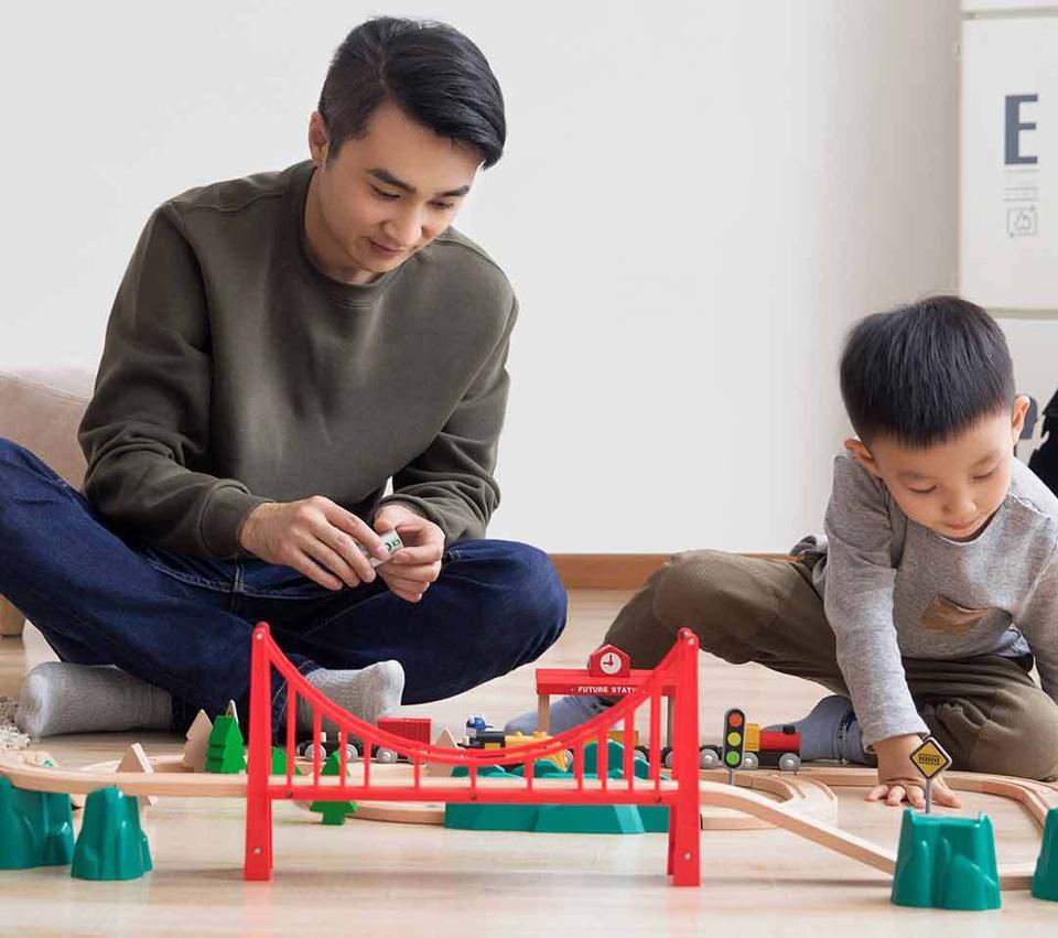 Деревянная железная дорога Mitu Toy Train Set 63 Pcs папа с сыном играют