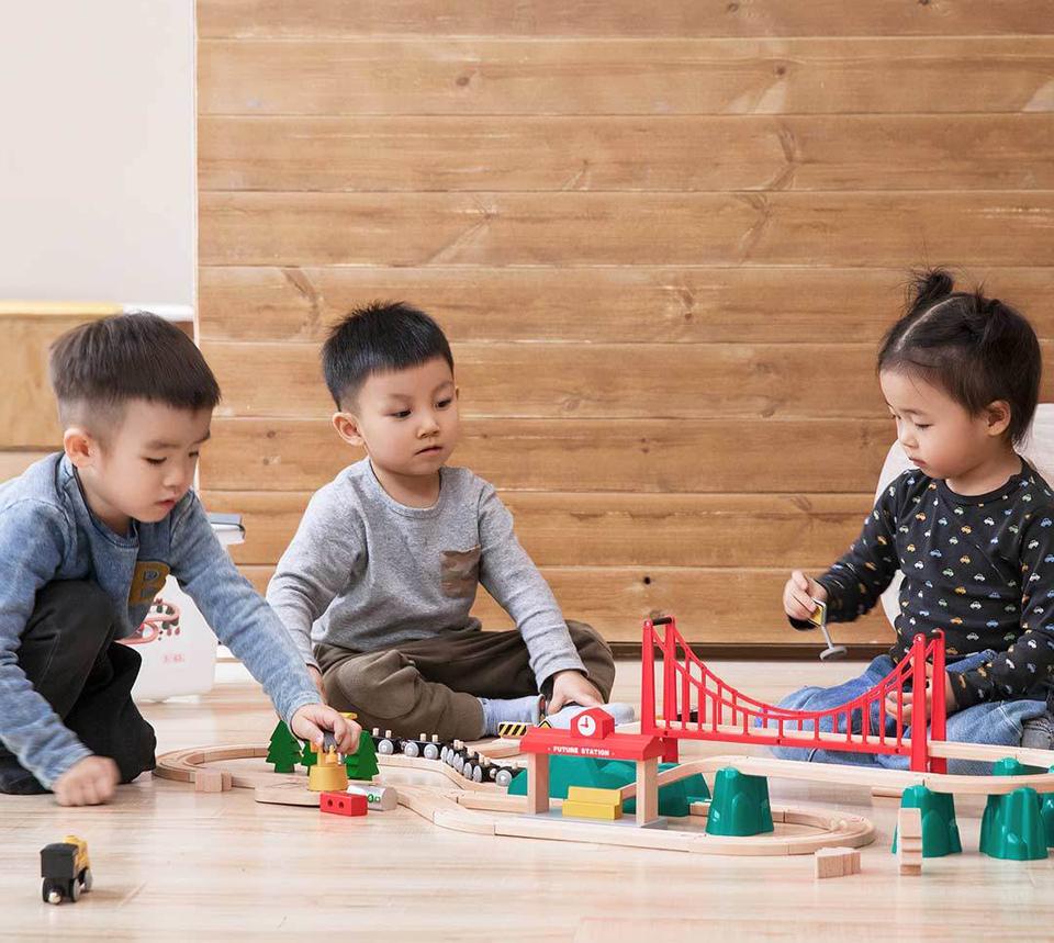 Деревянная железная дорога Mitu Toy Train Set 63 Pcs в кругу друзей