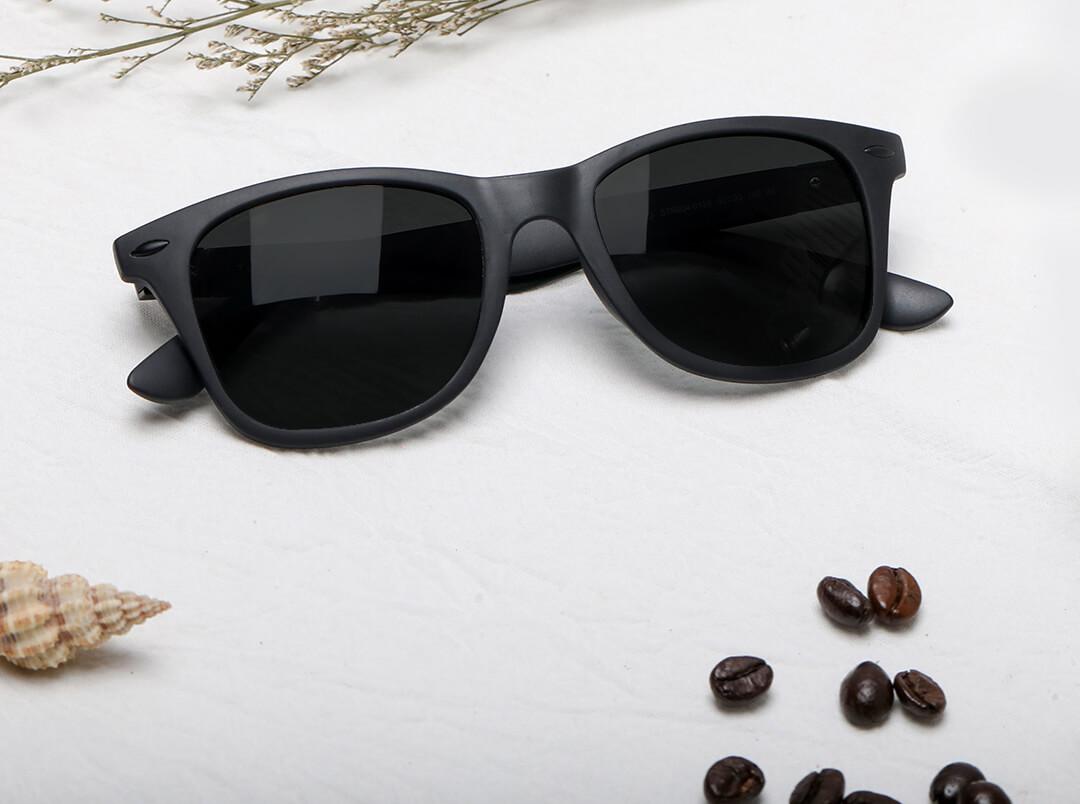 Очки Turok Steinhardt Sunglasses Influx Traveler Black STR004-0120 на столе