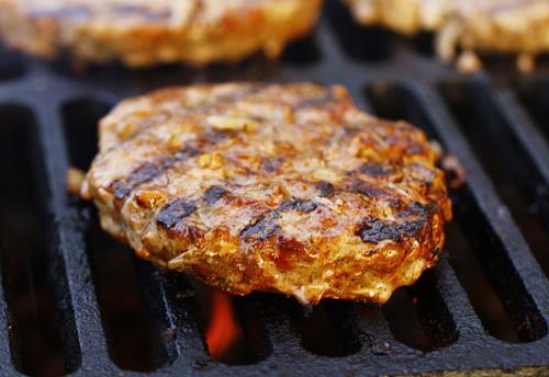 гамбургер на чугунной решетке гриль на мангале