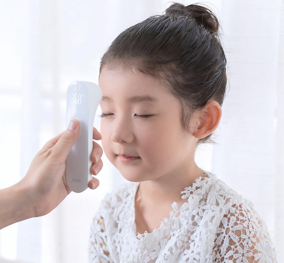 Бесконтактный термометр MiJia iHealth процесс измерения температуры ребенку