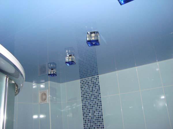 натяжной потолок в ванной голубой