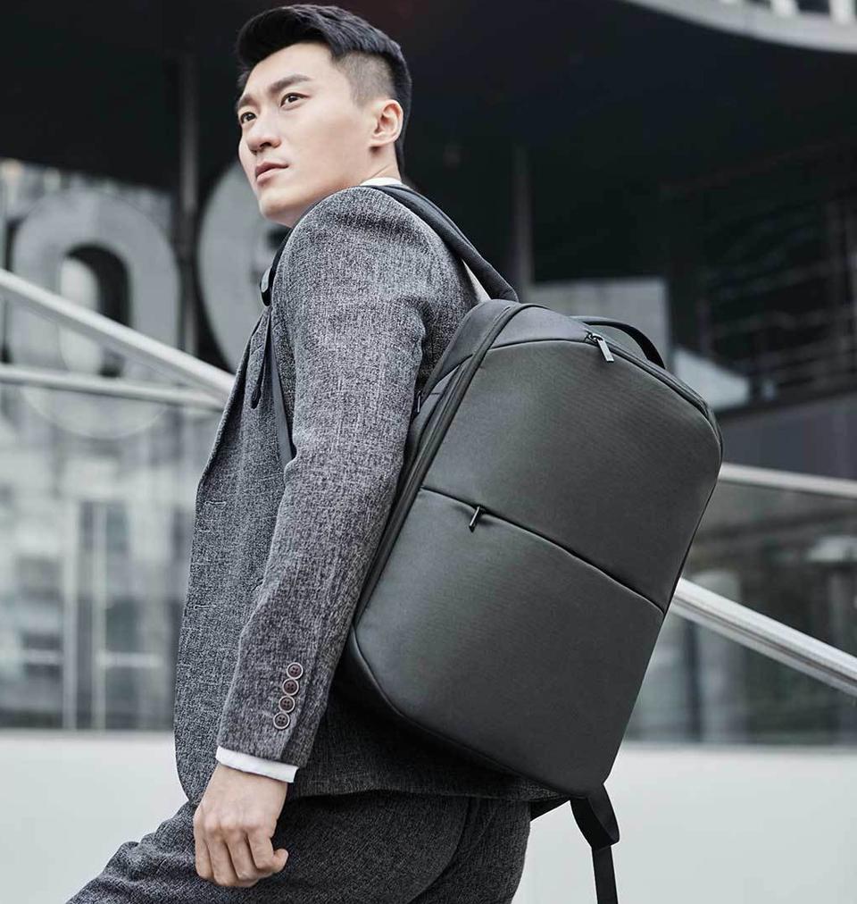 Рюкзак RunMi 90 Multitasker на плече пользователя