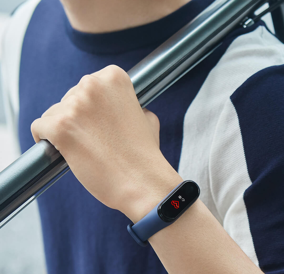 Фитнес браслет Mi Band 4 на руке у пользователя